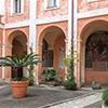 Santi Cosma e Damiano, dziedziniec klasztorny z barokowymi freskami