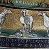 Santi Cosma e Damiano, fryz z rzędem owieczek - w środku symbol Chrystusa