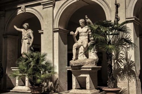 Palazzo Altemps, rzeźby na dziedzińcu pałacu