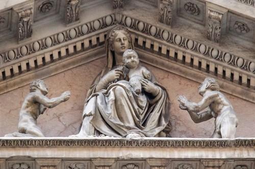 Andrea Sansovino, Madonna z Dzieciątkiem w tympanonie kościoła Santa Maria dell'Anima