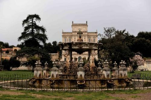 Casino di Villa Doria Pamphilj, fontanna na osi fasady