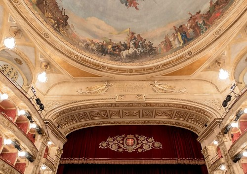 Teatro dell'Opera di Roma, napis dedykacyjny z okazji przebudowy teatru w 1926 roku