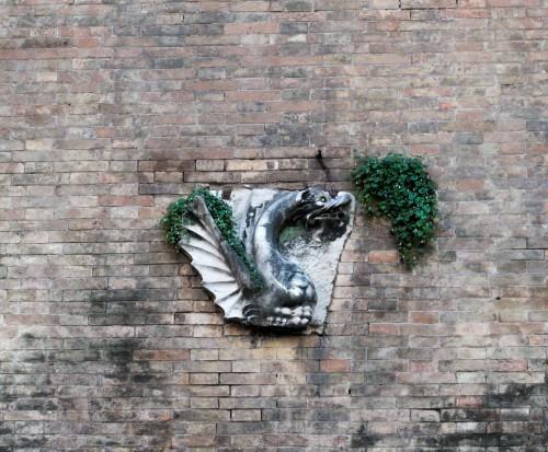 Casino Ludovisi, wmurowany w ścianę parku smok - heraldyczne zwierzę rodu Boncampagni