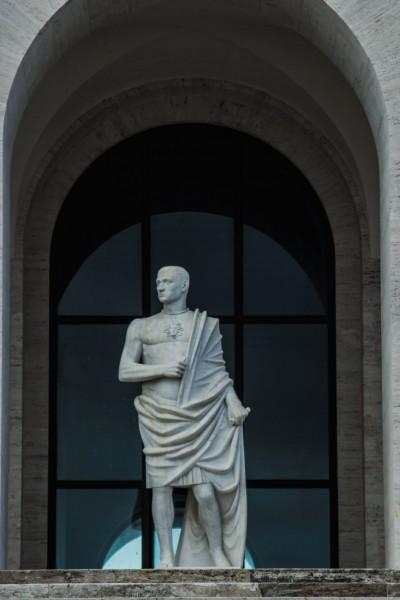 Kwadratowe Koloseum, jedna z rzeźb dekorujących parter budynku