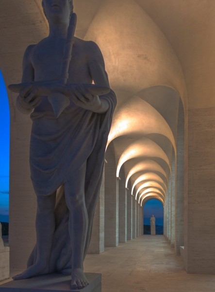 Kwadratowe Koloseum, rzeźby dekorujące parter budowli