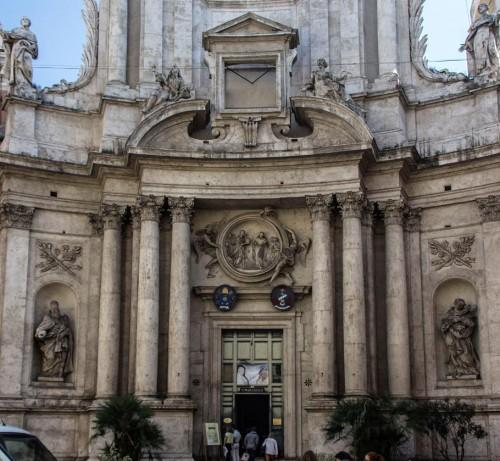 Francesco Cavallini, posągi świętych w niszach i anioły w przyczółku, kościół San Marcello przy via del Corso