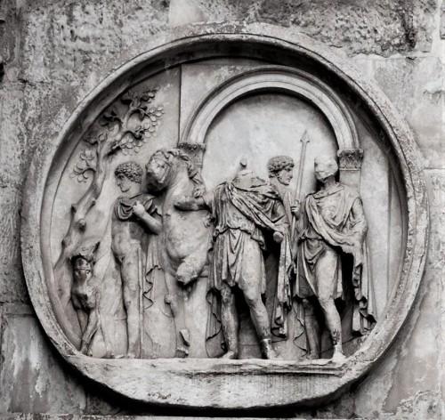 Łuk triumfalny cesarza Konstantyna Wielkiego, jeden z medalionów ukazujący cesarza Hadriana wśród dworzan