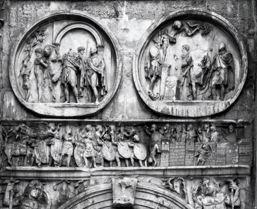 Łuk triumfalny cesarza Konstantyna Wielkiego, medaliony ukazujące cesarza Hadriana i fryz z oblężeniem Werony przez Konstantyna