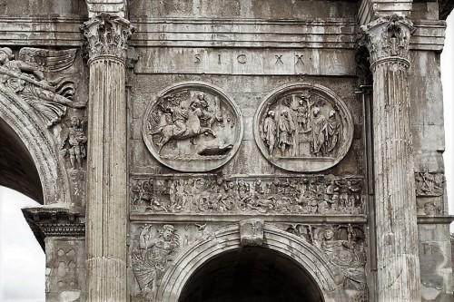Łuk triumfalny cesarza Konstantyna Wielkiego, medaliony ukazujące  cesarza Hadriana i fryz ze zwycięską bitwą Konstantyna na moście Mulwijskim