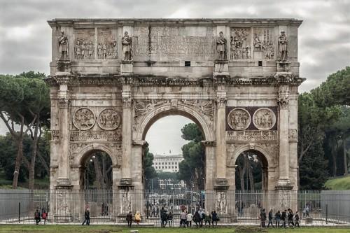 Łuk triumfalny cesarza Konstantyna Wielkiego od strony Koloseum