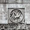 Łuk triumfalny cesarza Konstantyna Wielkiego, medalion ukazujący boga Sol Invictus, u dołu fryz z Konstantynem wkraczającym do Rzymu