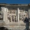 Łuk triumfalny cesarza Konstantyna Wielkiego, postacie Daków i scena ukazująca cesarza Marka Antoniusza wśród żołnierzy