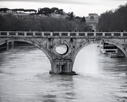 Ponte Sisto z occhialone środkowego filara mostu
