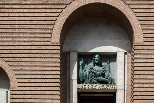 San Cuore di Cristo Re, Marcello Piacentini, jeden z łuków wejściowych kościoła
