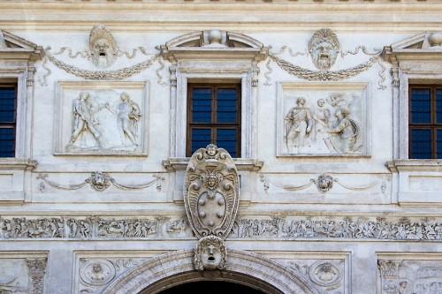 Willa Medici, casino - dekoracje fasady ogrodowej