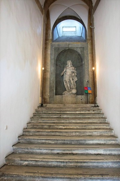 Willa Medici, casino - klatka schodowa z posągiem króla Ludwika XIV