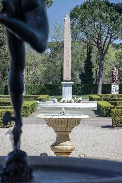 Willa Medici, egipski obelisk (replika) na dziedzińcu ogrodowym - oryginał wywieziony do Florencji
