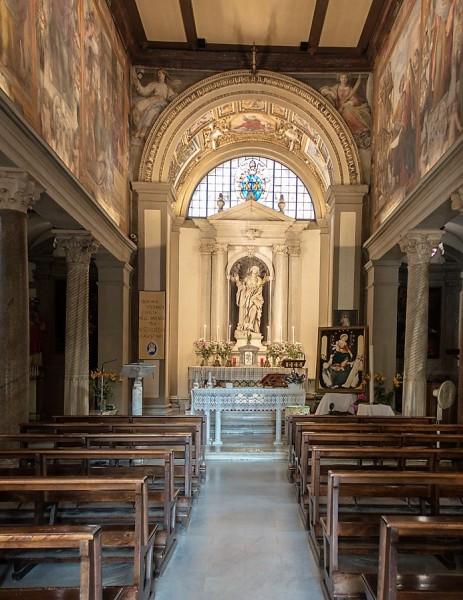 Wnętrze kościoła Santa Bibiana z posągiem św. Bibiany w absydzie