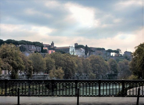 Widok na Awentyn z mostu na Tybrze
