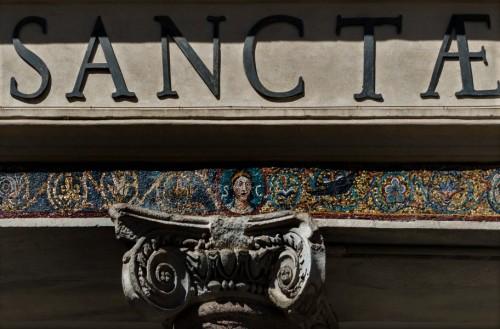 Bazylika Santa Cecilia, fryz mozaikowy w portyku fasady kościoła z wizerunkiem św. Cecylii