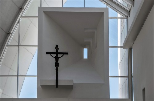 Kościół Dio Padre Misericordioso, Richard Meier, nisza nad ołtarzem głównym