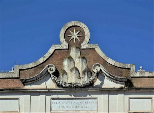 Herb rodu Chigi w zwieńczeniu bramy miejskiej Porta del Popolo