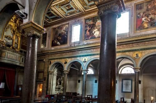 Wnętrze kościoła Sant'Agata dei Goti, widok dekoracji międzyokiennych z historią życia i śmierci św. Agaty
