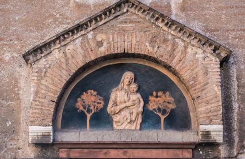 Kościół Santa Maria in Cappella, dekoracja ceramiczna nad wejściem głównym