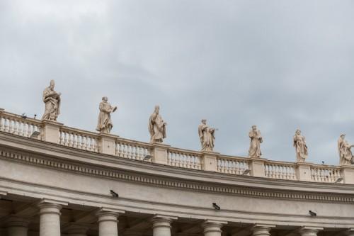 Attyka wieńcząca kolumnadę na placu św. Piotra, proj. Gian Lorenzo Bernini