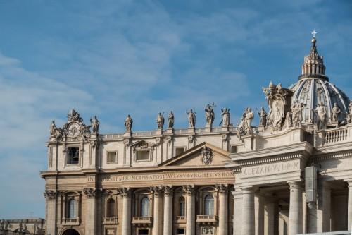 Fragment fasady bazyliki San Pietro in Vaticano i kolumnada z herbem papieża Aleksandra VII