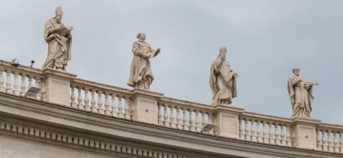 Posągi świętych na attyce kolumnady Berniniego, plac św. Piotra