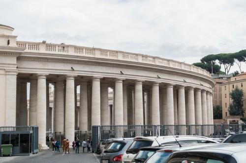 Widok kolumnady Berniniego od strony zewnętrznej