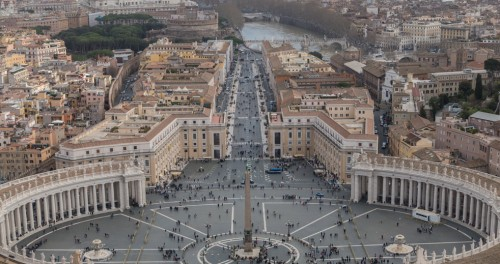 Widok z kopuły bazyliki św. Piotra na plac św. Piotra i kolumnadę Berniniego