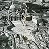 Widok na plac św. Piotra i kolumnadę Berniniego oraz tzw. spinę (areał między placem a zamkiem św. Anioła), zdjęcie z 1922 roku