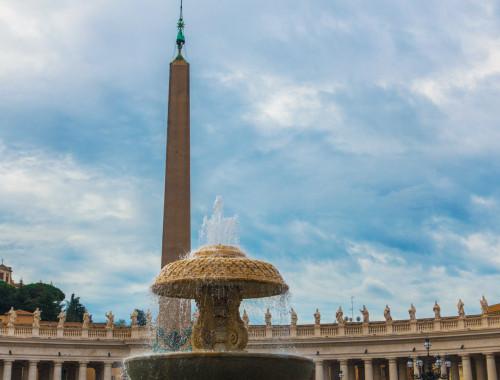 Obelisk Vaticano i jedna z fontann na placu św. Piotra