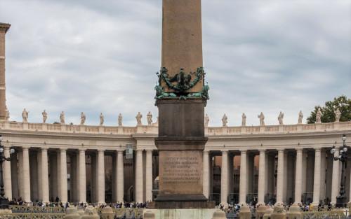 Obelisk Vaticano, inskrypcja upamiętniająca papieża Sykstusa V