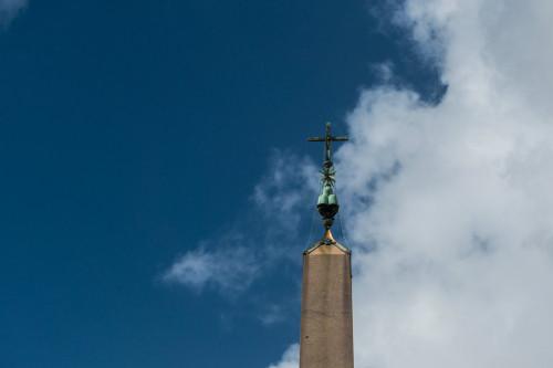 Obelisk Vaticano, jego  szczyt dekorowany elementami herbu papieża Aleksandra VII i krzyżem