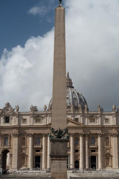 Obelisk Vaticano na tle fasady bazyliki San Pietro in Vaticano