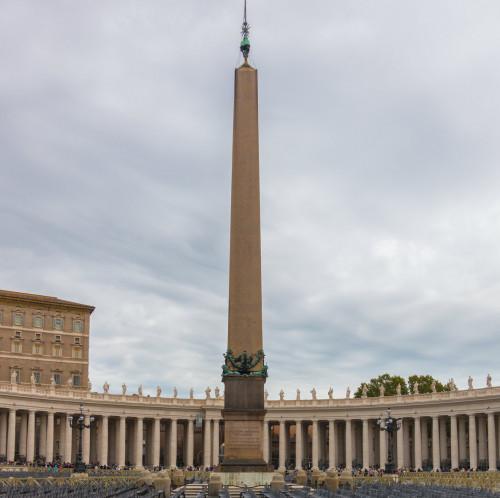 Obelisk Vaticano na tle kolumnady zaprojektowanej przez Gian Lorenzo Berniniego