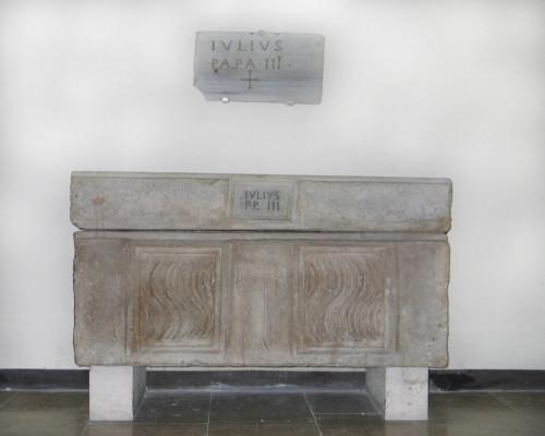 Sarkofag papieża Juliusza III, Groty watykańskie