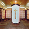 Alabastrowa kolumna w podziemiach mauzoleum, zdj. Wikipedia