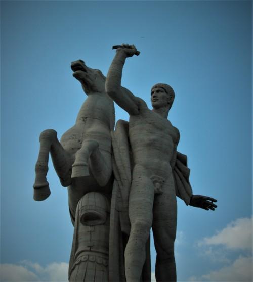 Jeden z braci Dioskurów, posąg zdobiący Palazzo della Civiltà Italiana, EUR, tzw. Kwadratowe Koloseum, lata 30. XX w., Publio Morbiducci