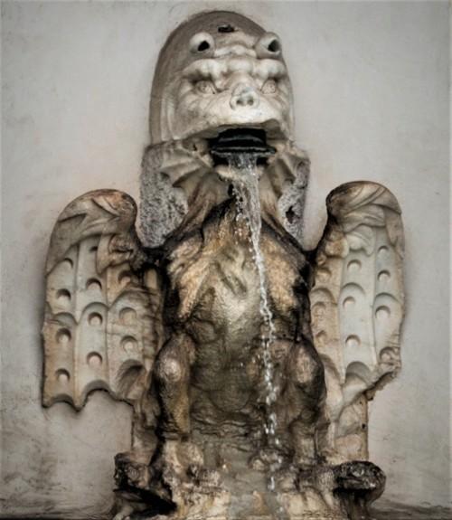 Fontana dell'Acqua Paola, stylizowany smok nawiązujący do herbu papieża Pawła V z rodu Borghese