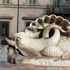 Fontana di Piazza Colonna, delfiny z 1830 r.