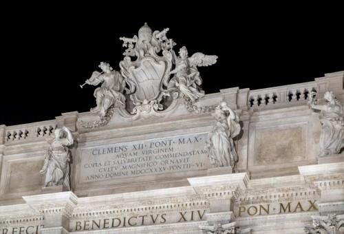 Fontana di Trevi, inskrypcja upamiętniająca powstanie monumentu i herb papieża Klemensa XII