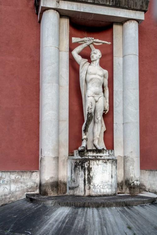 Foro Italico, rzeźba dekorująca tylną część pływalni