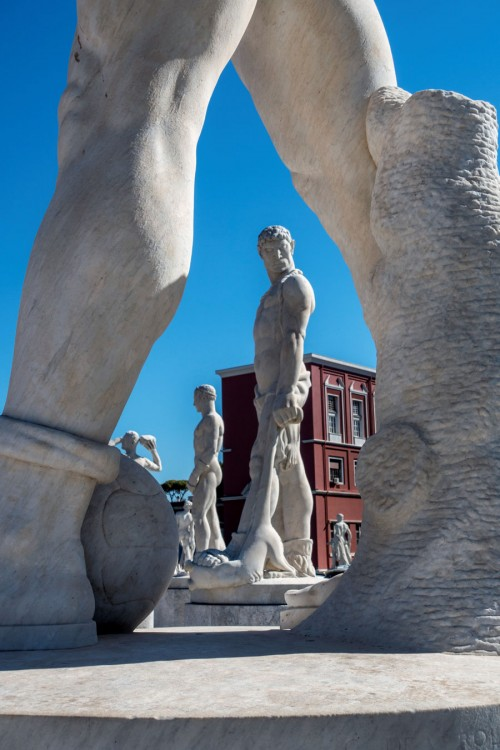 Foro Italico, rzeźby atletów zdobiące stadion (Stadio dei Marmi)