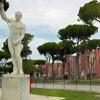 Foro Italico, posąg dekorujący kort tenisowy, w tle zabudowania pływalni