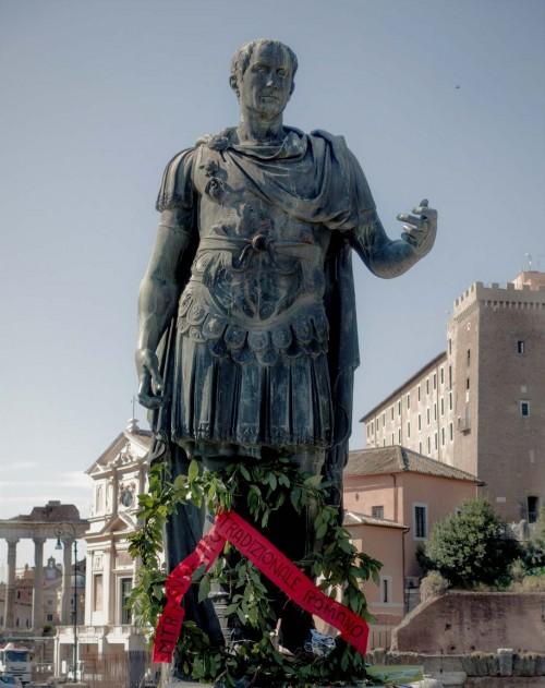 Posąg Juliusza Cezara na via dei Fori Imperiali