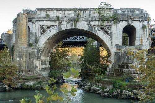 Ponte Rotto, most odbudowany przez papieża Grzegorza XIII, w dekoracji elementy godła papieża z rodu Boncompagni